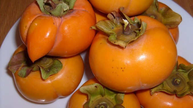 Is it safe to eat the skin of a persimmon